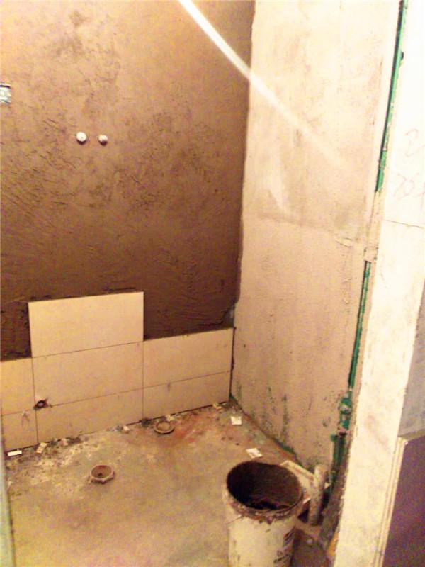 新房装修_施工工地_保利花园两室一厅小区工地现场厨卫瓷砖已铺贴完毕